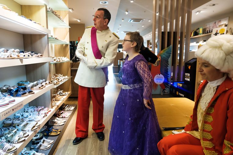 Lyana en Markske op zoek naar schoenen