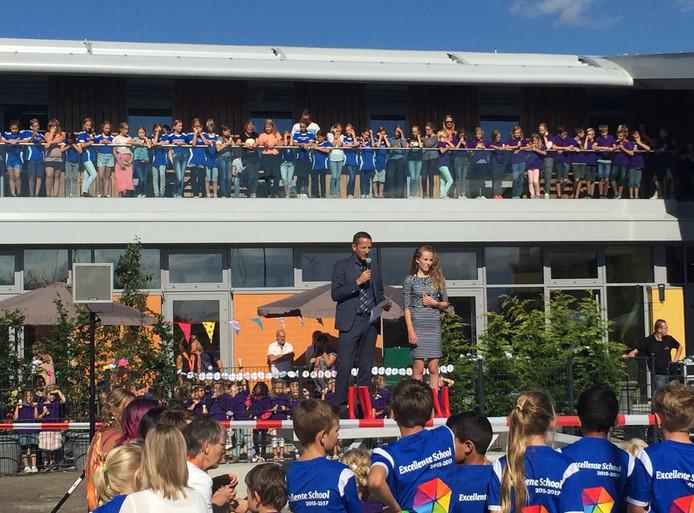 Wethouder Jon Herselman en kinderburgemeester Tessa van Oosten maakten een hele show van de openingshandeling.