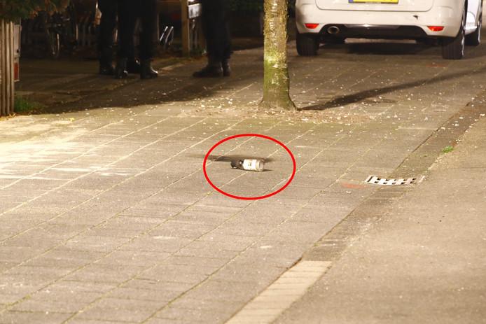 De restanten van de brandbom lagen na het incident nog enige tijd op straat.