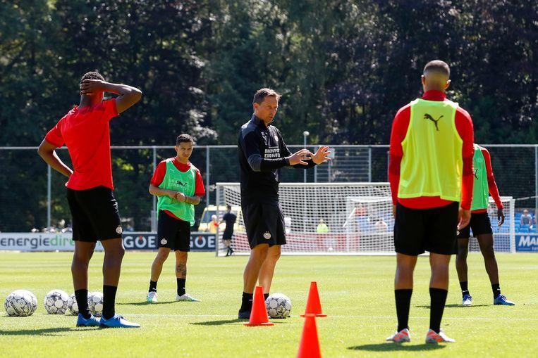 De nieuwe trainer van PSV, Roger Schmidt, tijdens de eerste training van het seizoen 2020-2021.   Beeld Maurice van Steen /  ANP
