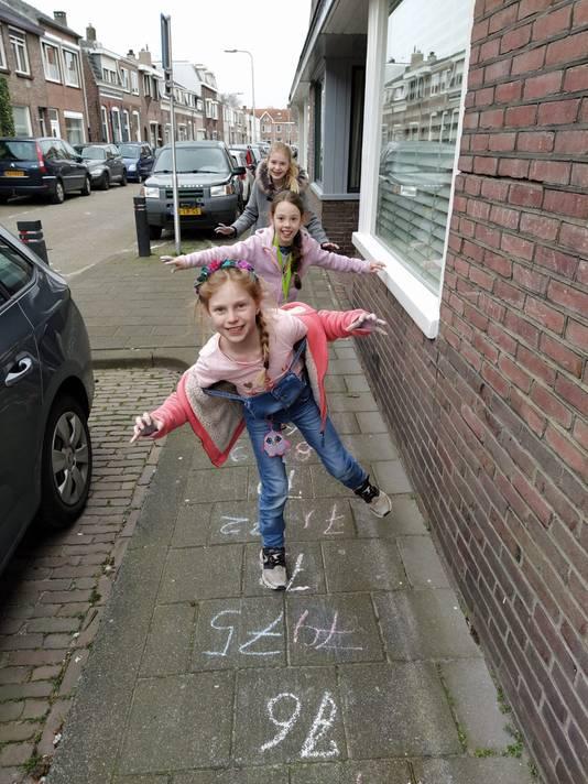 Linde (8), Nova (8) en Sara (12) op de superhinkelbaan in de Bouwmeesterbuurt.