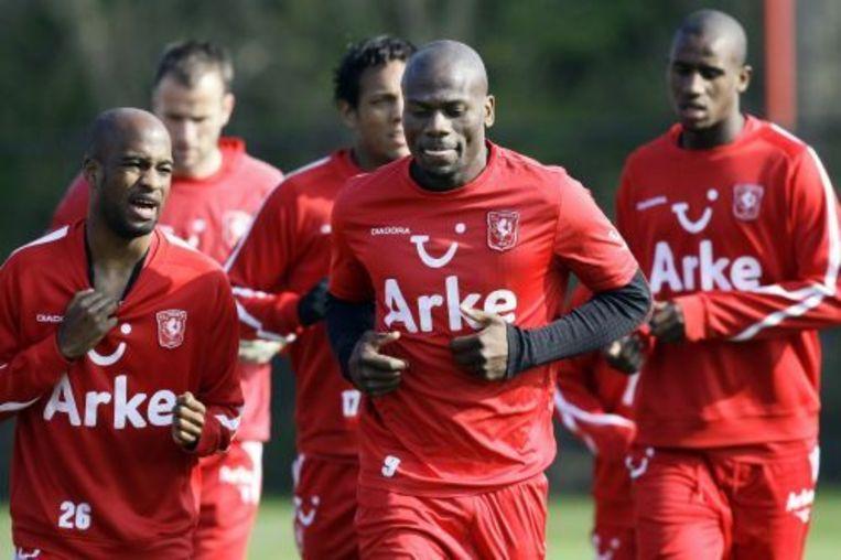 Nkufo (M) en Tiendalli (L)) tijdens een training van FC Twente (archief 12-04-2010). ANP Beeld
