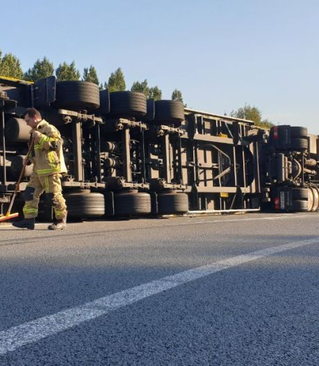 Vrachtwagen gekanteld op afrit A1 bij Hengelo, weg tot middernacht dicht