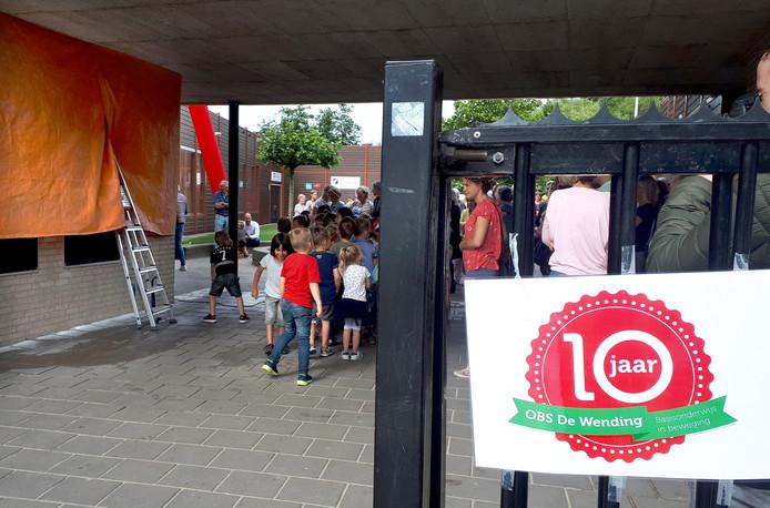 Onthulling van het kunstwerk bij 10-jarig jubileum van basisschool De Wending. Foto Alfred de Bruin