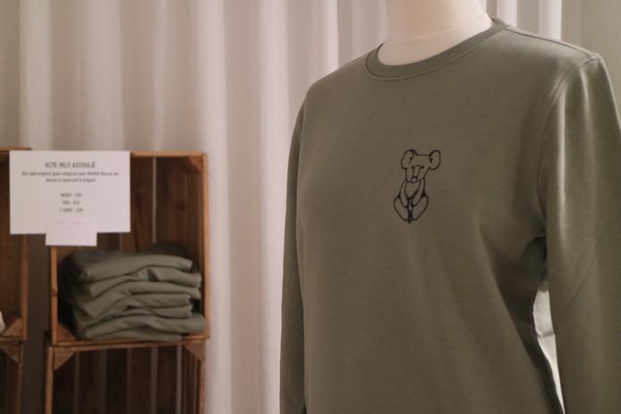 De sweaters en T-shirts zijn in meerdere kleuren beschikbaar, allemaal dragen ze het logo van een koala.