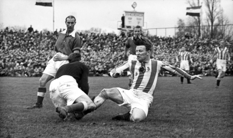 Clubicoon Abe Lenstra in zijn debuutwedstrijd als Heerenveen-spits in 1950.