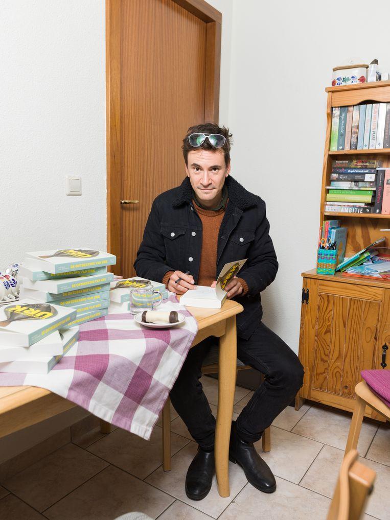 Declercq signeert zijn boek in het keukentje van boekhandel Koster. Beeld Ivo van der Bent