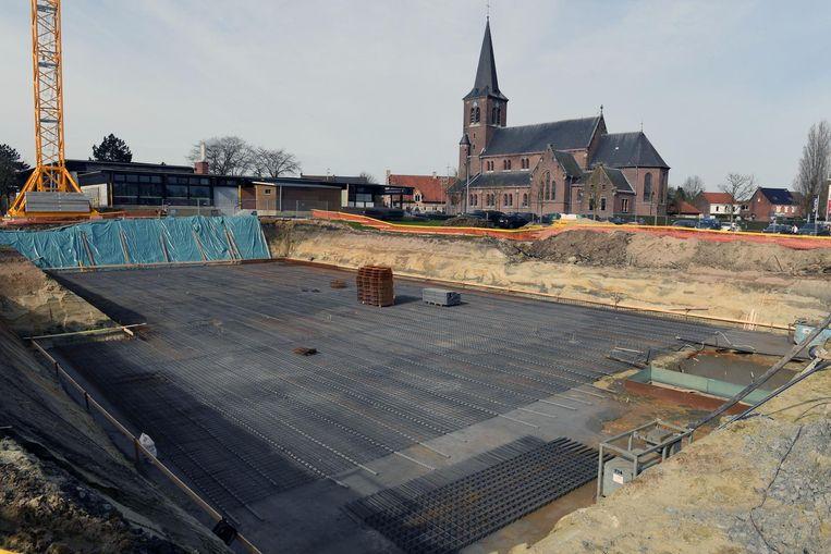 De funderingen van de zwembadsite beginnen vorm te krijgen.