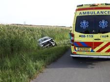 Auto belandt na eenzijdig ongeval in de sloot bij Wamel
