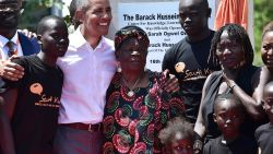 Barack Obama danst met zijn 96-jarige stiefgrootmoeder in Kenia