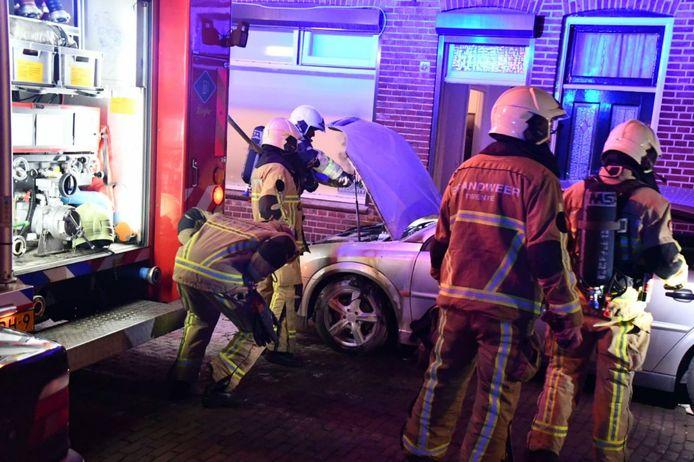 Een geparkeerde auto in de Johannes ter Horststraat in Enschede is zaterdagavond beschadigd door  mogelijke brandstichting.