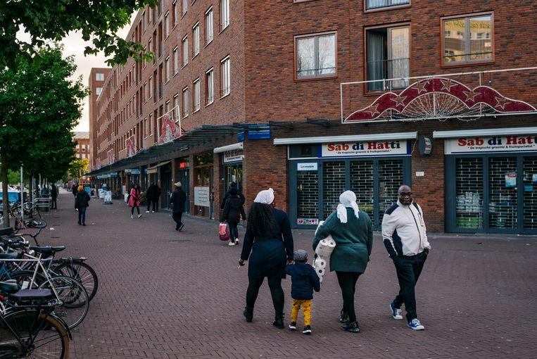 Het hoofd boven water houden is de eerste zorg voor de meeste bewoners van de Bijlmer. Beeld Marc Driessen
