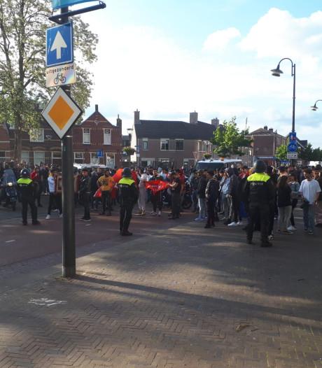 LIVE: Grimmige sfeer voor moskee, tegendemonstranten gooien met stenen naar politie. Pegida-stoet kan niet verder: 'Dat wat daar staat is schorem'