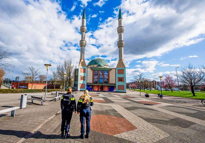 De Mevlana Moskee in Rotterdam-West is een van de Rotterdamse moskeeën waar vrijdagmiddag een 'versterkt gebedsoproep' te horen is.