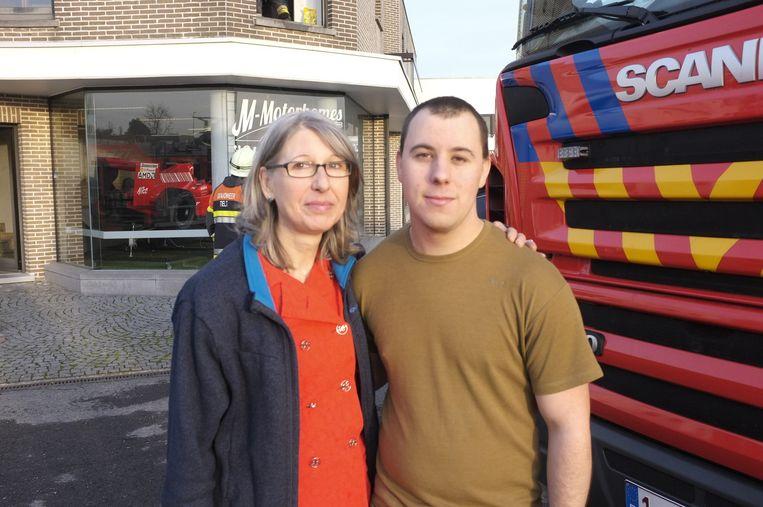 Bewoonster Françoise V. bedankt Mike Derycker, haar 'held van de dag'.