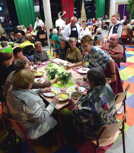 Geslaagd diner voor mensen met smalle beurs in Munnikenheide College