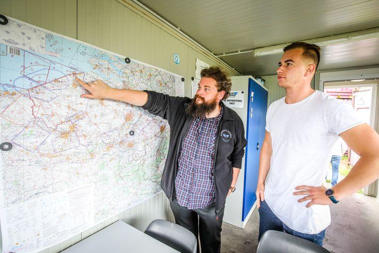 Jens Compernolle van Noordzee Drones toont het luchtruim aan cursist Bram Verheyen (22) uit Assenede. Bram is bewakingsagent en voert ook inspecties uit. Binnenkort kan hij zijn twee bezigheden optimaliseren met een drone.