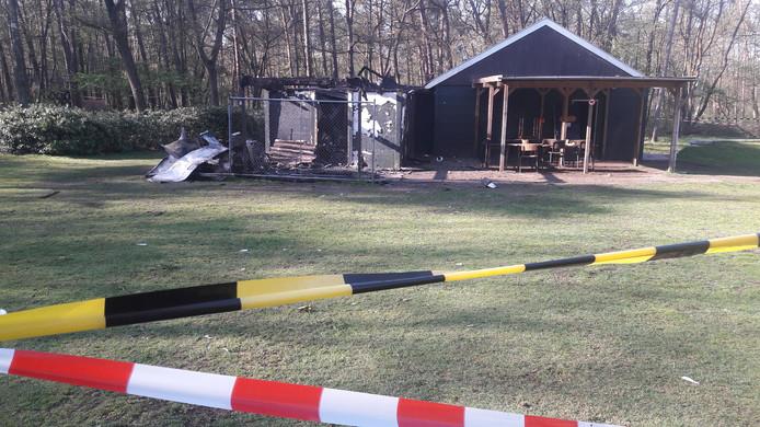 Pas bij daglicht is de schade goed te zien, omdat asbest is vrijgekomen is het terrein afgezet met linten.
