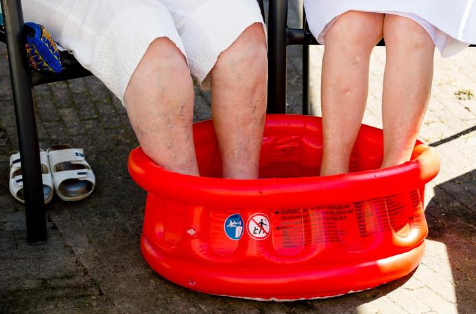 Doe de voeten in een teiltje koud water,  adviseert ouderenbond Anbo.