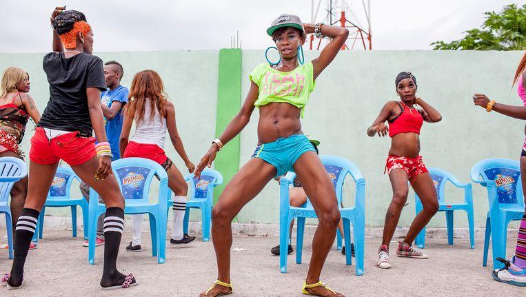 Dansers bij een concert van de populaire artiest Werrason in Kinshasa. Beeld Yvonne Brandwijk