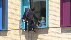 In dit kinderziekenhuis wast Batman de ruiten