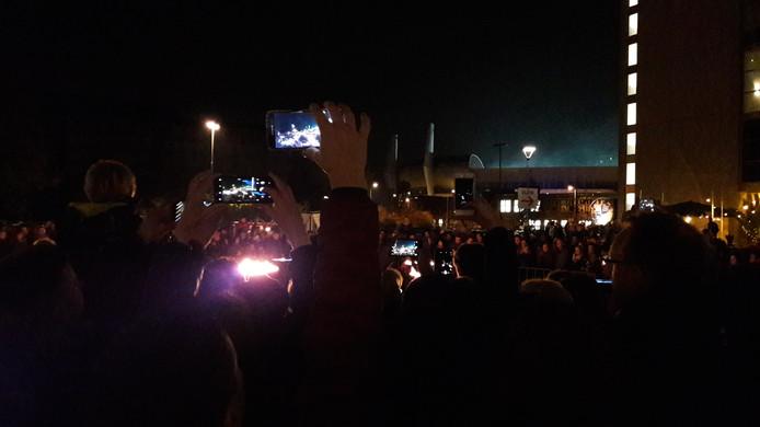 Bij het vuur op beats wordt veel gefilmd met mobieltjes tijdens GLOW.