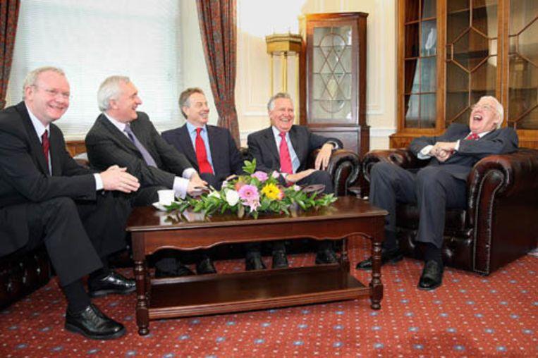 Het nieuwe Noord-Ierse kabinet, dat de voormalige rivalen Martin McGuinness en Ian Paisley verenigt, is dinsdag in Belfast aangetreden. Van links naar rechts: vicepremier McGuinness, de Ierse premier Bertie Ahern, de Britse premier Tony Blair, de minister voor Noord-Ierland Peter Hain, en premier Paisley. (AFP) Beeld AFP
