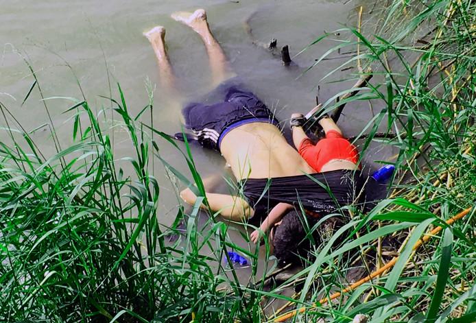 Óscar Ramírez  en zijn dochtertje Valeria verdronken tijdens hun vlucht naar de VS.