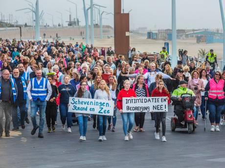 Moeders, oma's, dochters en vriendinnen lopen protestmars in Scheveningen na 'Me too'-intimidaties