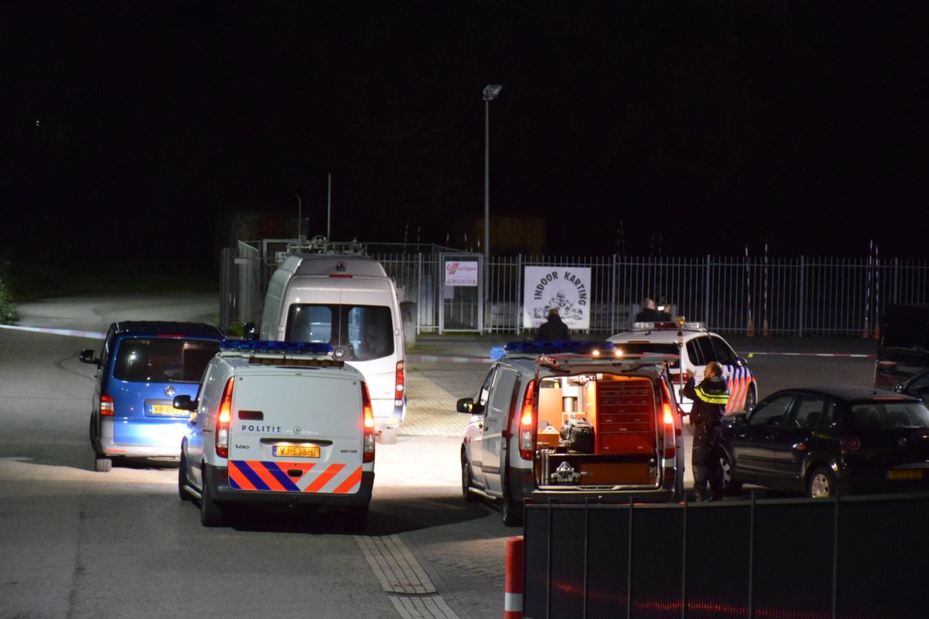 De politie doet onderzoek op het ANAC-terrein in Nijmegen waar zatermiddag bij een ruzie iemand in zijn been werd geschoten.