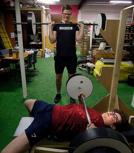 Schoolvrienden Bastiaan en Jurre bouwden 'eigen sportschool' om fit te blijven tijdens lockdown