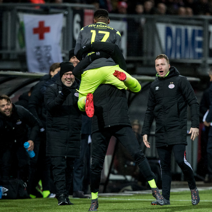Steven Bergwijn viert zijn 1-2 met de reservebank van PSV.