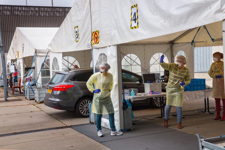Iedereen met milde klachten kan zich bij de GGD laat testen op besmetting met het coronavirus, zoals hier in Breda.  Beeld Arie Kievit