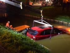 Foutje: rode Porsche rolt sloot in Nieuwerkerk in