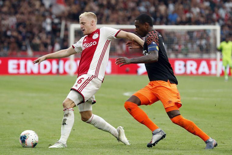 Donny van de Beek (Ajax) en Pablo Rosario (PSV) tijdens de strijd om de Johan Cruijff Schaal. Beeld VI Images