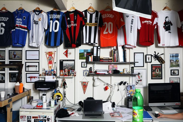 Het atelier met de shirts van Clarence Seedorf. Beeld Jan-Dirk van der Burg