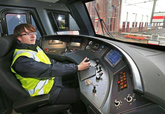 De ruimte voorin de nieuwe trein wordt onder andere het domein van Thomas de Kok (18), speciaal voor deze baan verhuisd naar Gouda.