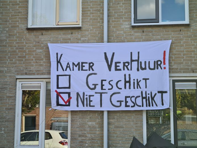 Diverse bewoners van de Hornstraat hebben op hun eigen woning spandoeken gehangen waarin ze duidelijk maken dat ze hun straat niet geschikt vinden voor kamerverhuur.