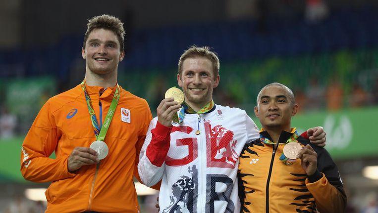 Matthijs Buchli (l) wint zilver op de keilin. De Brit Jason Kenny (midden) heeft het goud om zijn nek, de Maleisiër Azizulhasni Awang brons. Beeld getty