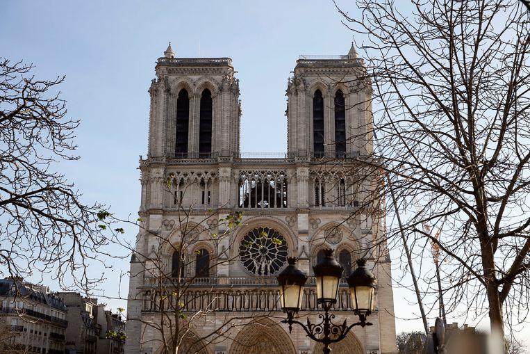 De Notre-Dame in Parijs, waar de herstelwerkzaamheden na de brand inmiddels acht maanden bezig zijn.  Beeld Getty Images