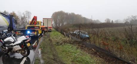 Automobilist belandt na botsing met truck in droge sloot Haps langs N264 bij Haps