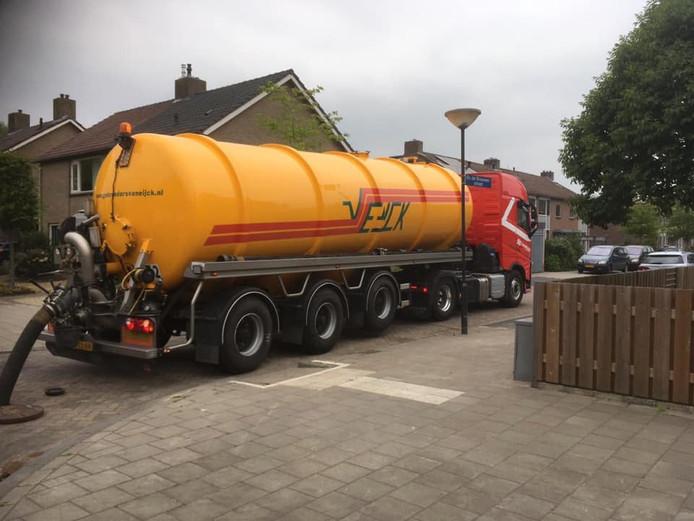De gemeente probeert het overtollige rioolwater af te voeren.