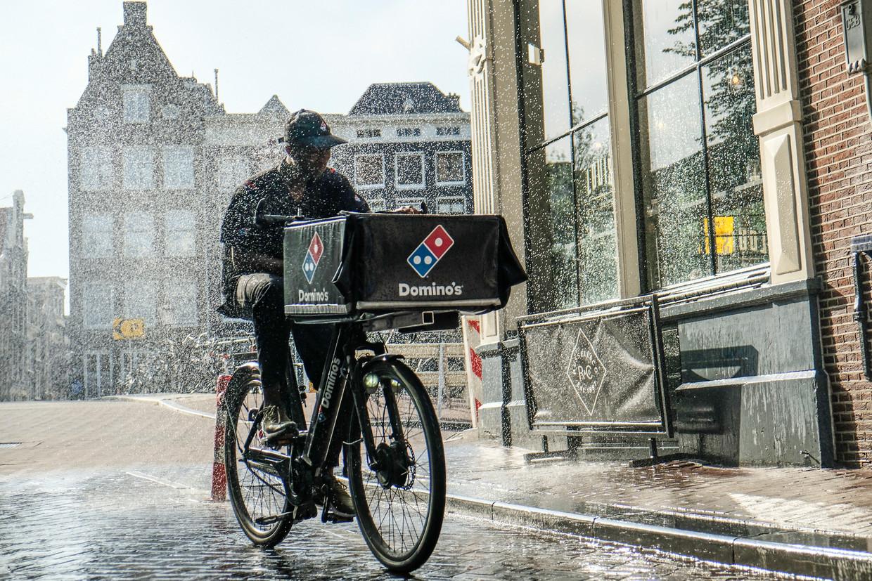 Een fietskoerier van Domino's. Beeld Hollandse Hoogte / Ingrid de Gro