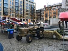 Gouden tractor uit Deventer recht naast monument op de Dam in Amsterdam