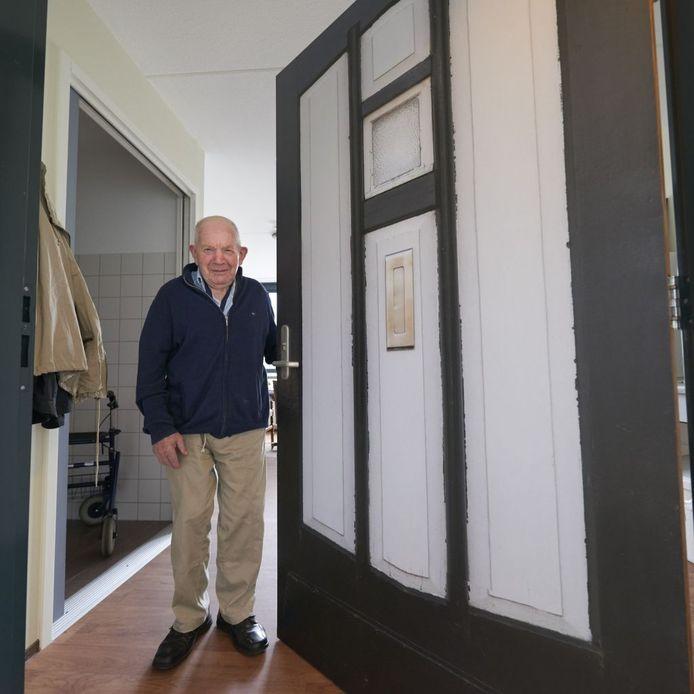 Martien Bekkers bij zijn deur.