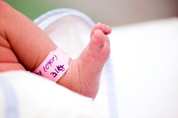Steeds meer baby's krijgen de achternaam van hun moeder mee.