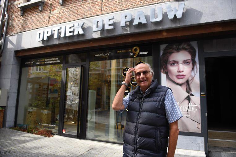 Oprichter Yves De Pauw voor de bekende Leuvense optiekzaak die hij in 1977 opende in de Tiensestraat.