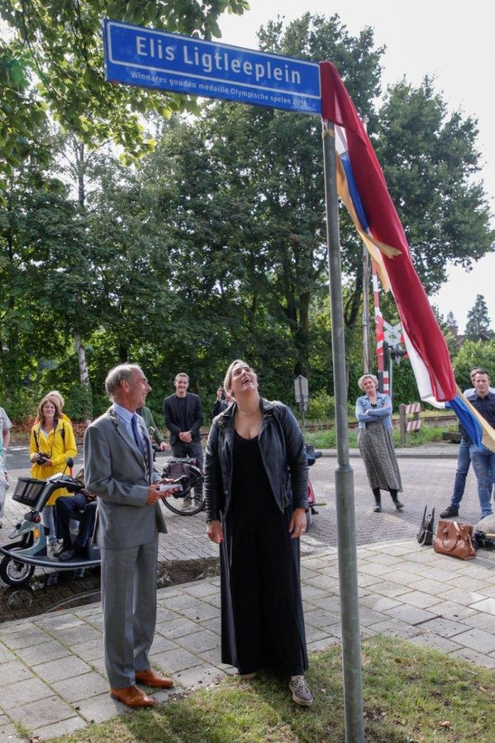 Raadslid Peter-Paul Steinweg (links) toen hij nog wethouder was. In augustus 2019 opende hij het Elis Ligtleeplein ter ere van de Olympisch Kampioene Baanwielrennen.