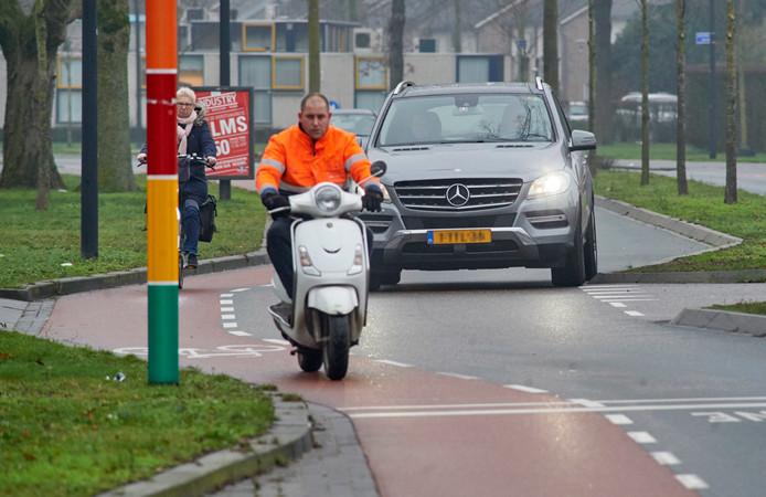 Vooral voor fietsers en bromfietsers zijn de Kornetstraat (foto) en Land van Ravensteinstraat in Uden erg krap. Uden gaat aan beide zijden van de weg een vrijliggend fietspad aanleggen.