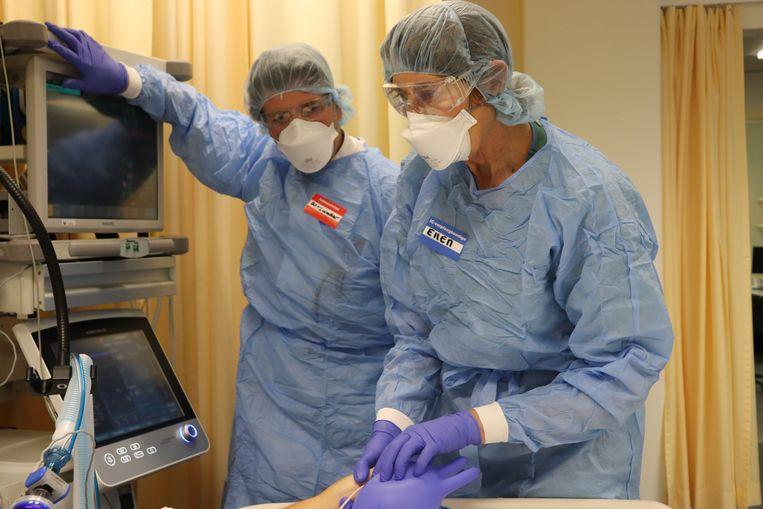 Intensivist Alexander Vlaar (links) samen met verpleegkundige Ellen Schipper. Beeld Elmer Bets